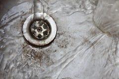 金属老厨房水槽流失 库存图片