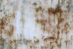 金属老,白被绘的板料,损坏被与蓝色油漆斑点的腐蚀  您背景的设计 免版税库存照片