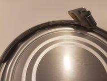 金属能与军用样式开罐头用具 免版税库存图片