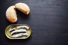 金属能与被保存的鲱鱼鱼,罐装用卤汁泡的鲱鱼,开放锡罐,顶视图 免版税库存图片