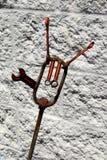 金属艺术新月形板钳雕塑 库存照片