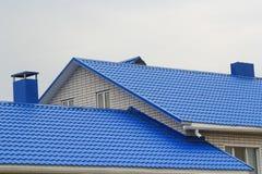 金属蓝色屋顶的片段 免版税库存照片