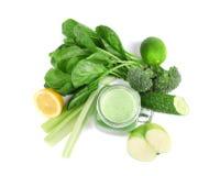 金属螺盖玻璃瓶与蔬菜和水果的绿色健康汁液 库存照片
