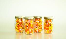 金属螺盖玻璃瓶充满糖味玉米 图库摄影