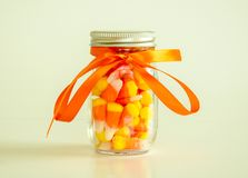 金属螺盖玻璃瓶充满糖味玉米 库存照片