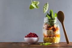 金属螺盖玻璃瓶用热的沙拉:鸡豆, arrots,奎奴亚藜,烤了Pu 图库摄影