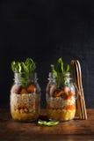 金属螺盖玻璃瓶用热的沙拉:鸡豆, arrots,奎奴亚藜,烤了Pu 免版税图库摄影