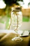 金属螺盖玻璃瓶酒杯 图库摄影