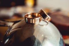 金属表面上的婚戒 免版税库存图片