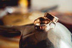 金属表面上的婚戒 库存图片