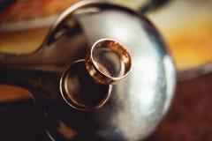 金属表面上的婚戒 图库摄影
