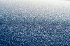 金属表面上的新鲜的冰 库存照片