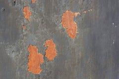 金属表面上的深灰破裂的绘画 免版税库存照片