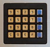金属表面上的老塑料键盘 免版税图库摄影