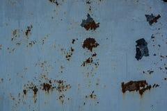 金属表面上的蓝色破裂的绘画 库存图片