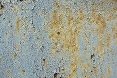 金属表面上的蓝色破裂的绘画 免版税图库摄影