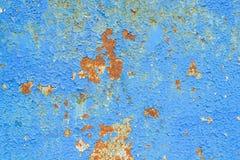 金属表面上的蓝色破裂的绘画 库存照片
