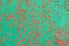 金属表面上的绿色破裂的绘画 免版税库存图片