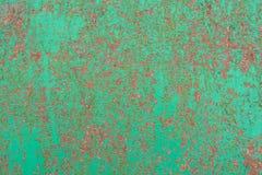 金属表面上的绿色破裂的绘画 库存照片
