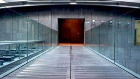 金属走道和玻璃栏杆 免版税库存照片