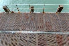 金属走道顶视图在海边码头的在伯恩茅斯英国 免版税库存照片