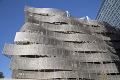 金属车库外部在城市 免版税库存图片