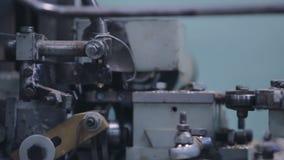 金属运转的车床a在工厂 在车间的加工的过程修理的 股票视频