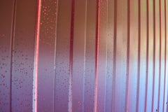 金属配置文件 金属外形的对角样式 从聚合物覆盖物绘的被镀锌的铁的篱芭 免版税库存照片
