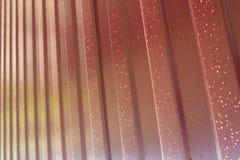 金属配置文件 金属外形的对角样式 从聚合物覆盖物绘的被镀锌的铁的篱芭 库存照片
