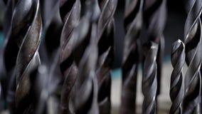 金属钻头不同的大小在车间,照相机站立显示它,移动  股票视频