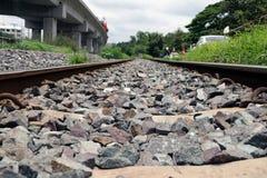 金属铁轨和岩石在泰国 库存图片
