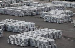 金属铝和钛在锭 免版税库存照片