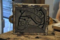 金属铸件的准备的熔铸的框架在沙子 库存照片