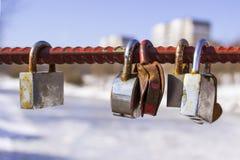 金属锁在重绳索垂悬 锁在桥梁的电枢垂悬 爱的符号 免版税库存照片
