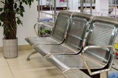 金属长凳和植物罐在购物中心 免版税图库摄影