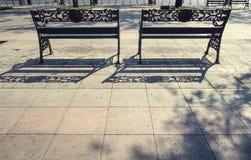 金属长凳在庭院里 库存照片