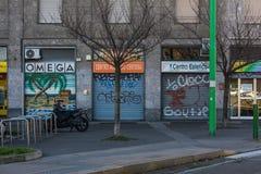 金属门意大利米兰户外商店街道画典型的场面 免版税库存图片