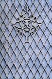 金属门的伪造的葡萄酒装饰 免版税库存照片