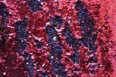 金属闪耀的衣服饰物之小金属片标度背景,在时尚礼服的圆的衣服饰物之小金属片 免版税库存照片