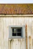 金属附属建筑屋顶窗口被忘记的海岸卫队灯塔 免版税库存图片