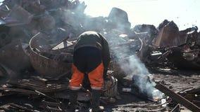 金属陡坡围场,与气体切削刀的人裁减老金属 影视素材