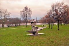 金属雕塑反射在城市公园 库存图片