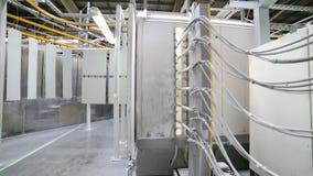 金属零件着色  粉末在一个静电场的涂层房间 影视素材