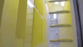 金属零件着色  粉末在一个静电场的涂层房间 股票视频