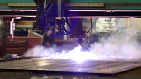 金属,特写镜头,金属切削的生产等离子,制造业等离子切口在一个现代激光机器的 股票视频