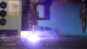 金属,特写镜头,金属切削的生产等离子,铁切口等离子切口在一个现代激光机器的 股票视频