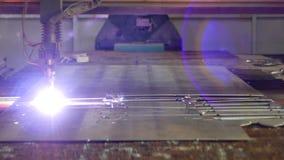 金属,特写镜头,金属切削等离子的生产等离子切口在一个现代激光机器的,自动化 股票视频