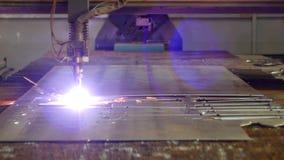 金属,特写镜头,金属切削等离子的生产等离子切口在一个现代激光机器的,自动化 股票录像