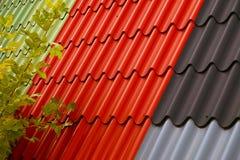 金属,轻量级屋顶和围住外形在几种颜色 顶房顶板料的瓦片外形 免版税库存照片