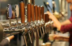 金属轻拍与桶装啤酒的木把柄在客栈 免版税库存照片